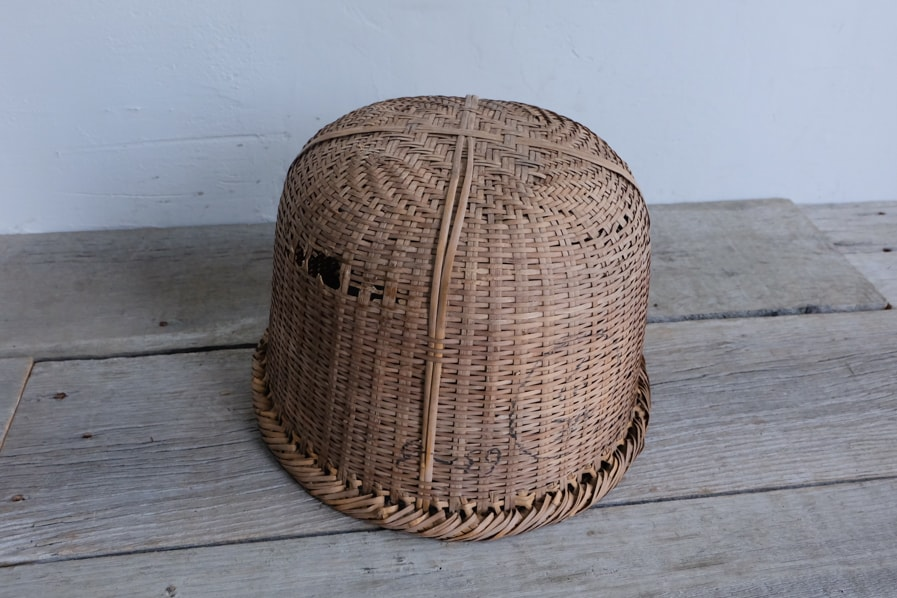 ICCAの日本のアンティークの底の深いの古い竹の籠