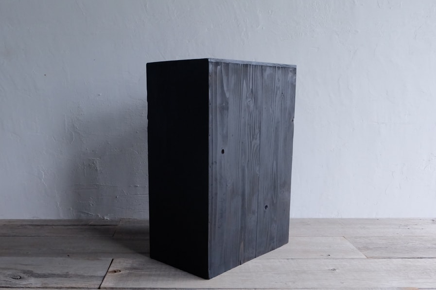 ICCAの日本のアンティークの小さい黒の棚