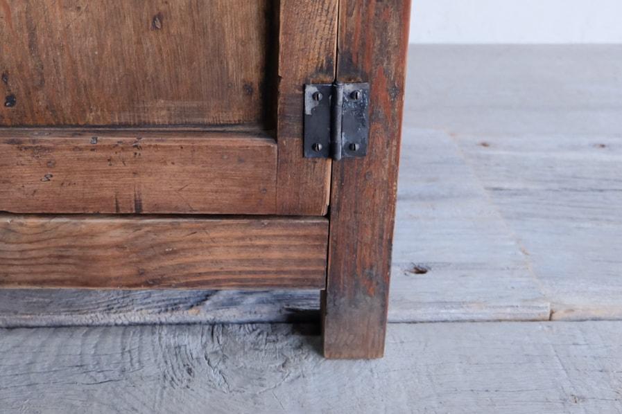 日本のアンティークの蔵戸のような開き戸のあるコンソールテーブル