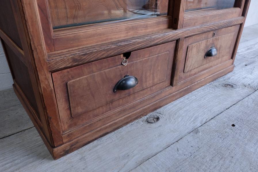 日本の古家具の経年した真鍮の取っ手のある茶箪笥