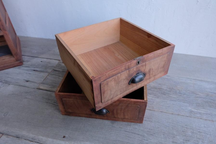 和のアンティークのコンディションの良い縦長の茶箪笥