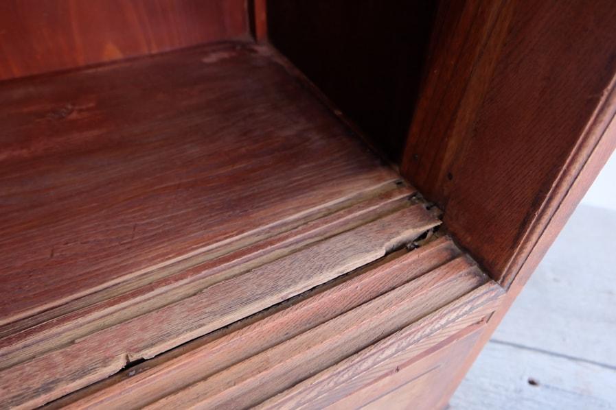 日本のアンティークの経年した木材を使用した背の高い茶箪笥