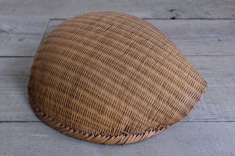 ICCAの日本のアンティークのユニークな形の古い籠