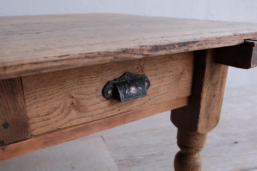 日本のアンティークの銅の取手の引き出し付きのコーヒーテーブル