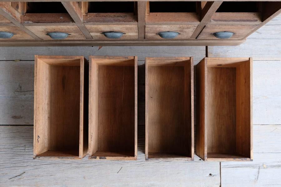 ICCAの日本のアンティークのガラス扉の飾り棚