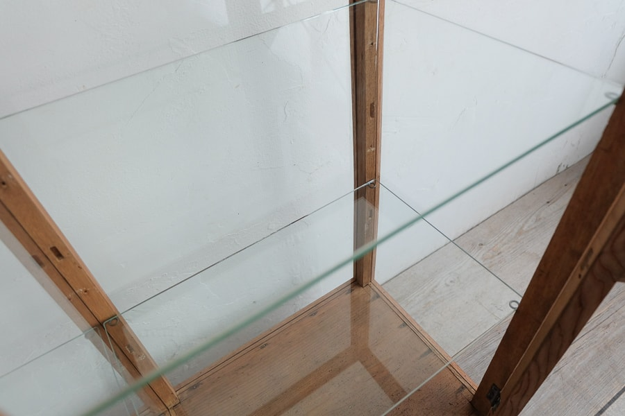 アンティークのろくろ脚のガラスショーケース