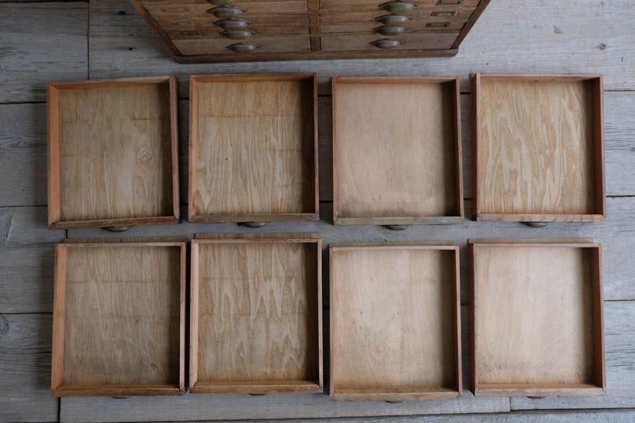 日本のアンティークの引き出し棚
