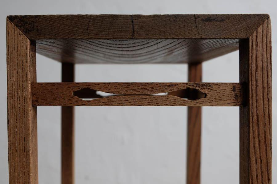 アンティークのナラ材のシンプルな花台