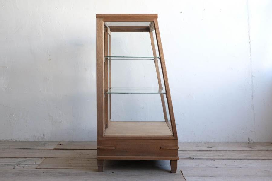 ICCAの日本の古家具の台形のショーケース