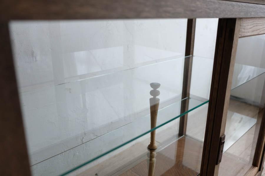 アンティークのガラスショーケース型の飾り棚