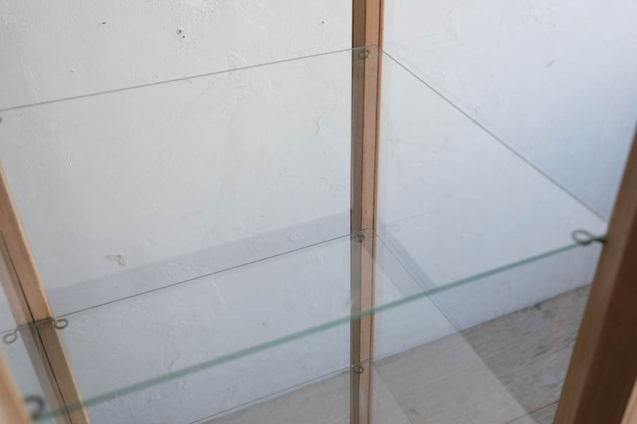 ICCAの日本の古家具の縦長のショーケース