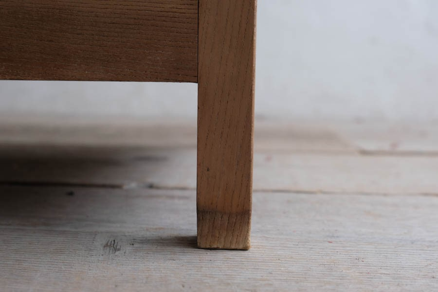 ICCAの日本の古家具の台形ショーケース