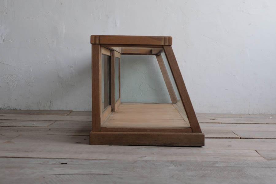 ICCAの日本の古家具のガラスのショーケース