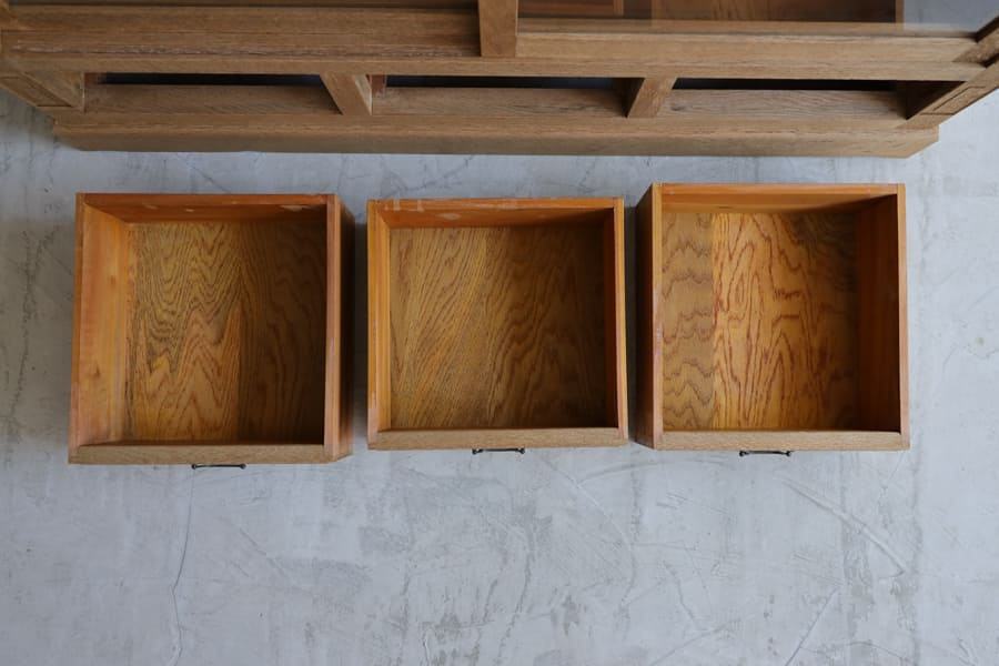 ICCAの日本のアンティークの飾り棚