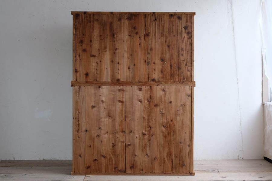 ICCAの日本のアンティークの端正な三枚扉の飾り棚